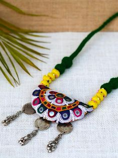 Ideas Sewing Projects Clothes Vintage Fabrics For 2019 Diy Fabric Jewellery, Fancy Jewellery, Handmade Beaded Jewelry, Tassel Jewelry, Textile Jewelry, Handcrafted Jewelry, Fabric Necklace, Diy Necklace, Daisies