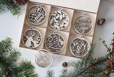 Drevené vianočné ozdoby v boxe na stromček. Jeleň, darček, cukríky Advent Calendar, Holiday Decor, Box, Home Decor, Snare Drum, Room Decor, Home Interior Design, Decoration Home, Home Improvement
