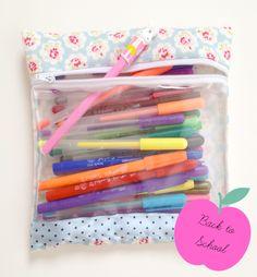 DIY: Cartuchera para la vuelta al cole Scrap Fabric Projects, Pvc Projects, Fabric Scraps, Sewing Projects, Handmade Crafts, Diy And Crafts, Cute Stationary, Vide Poche, Pencil Boxes