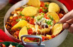Lättlagad tacogratäng recept   Allas Recept Mexican Food Recipes, Ethnic Recipes, Thai Red Curry, Foodies, Nom Nom, Nachos, Sandwiches, Chips, Food And Drink