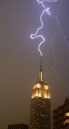 Empire State Building Um enorme arranha-céu de 102 andares em art déco é um dos símbolos da cidade de Nova Iorque.