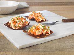 Frisk og god skagensalat med rømme, servert på sprø rug. Passer perfekt som en liten forrett, eller på tapasbordet.