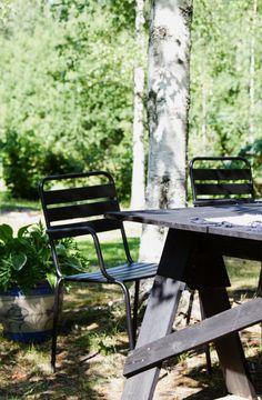 Mökillä, DIY puutarhapöytä, puutarhatuolit, musta.  At summercottage, DIY garden table, garden chairs, black. Outdoor Furniture, Outdoor Decor, Cottage, Park, Summer, Home Decor, Summer Time, Decoration Home, Room Decor
