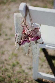 Des petits cornets en papier remplis de pétales pour la fin de la cérémonie.