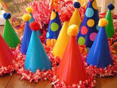 Pom-pom Party Hats There's no birthday party without a party hat – these special pom-pom hats with ruffles are really one of a kind. Andrea of Everyday Beauty bought plain party hats and decorated them with polka dots, pom-poms and festoning.