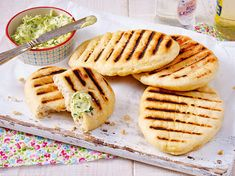 Toll zu Dips, Salaten und den würzigen Leckereien vom Rost: Wir zeigen, wie aus… Great for dips, salads and the spicy treats from the griddle: We show how crispy bread dough becomes crispy grill bread. That's how it works! Yummy Chicken Recipes, Yum Yum Chicken, Vegan Smoothies, Smoothie Recipes, Art Cafe, Law Carb, Grilled Bread, Tasty, Yummy Food