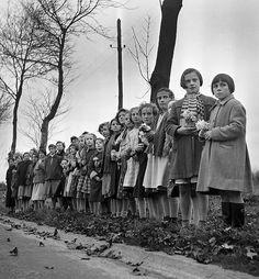 Novembre 1955. La première dame de France est morte. Germaine Coty l'épouse du président de la république Rene Coty est décédée au château de Rambouillet le 12 novembre 1955 à 4h 30 du matin d'une crise cardiaque. Sa mort est l'occasion d'une grande émotion populaire. Après une cérémonie à l'église de la Madeleine la dépouille de Madame Coty quitte Paris pour rejoindre le petit cimetière de Sainte-Marie de Harfleur, en Normandie. Sur le passage du convoi, des enfants jettent des fleurs