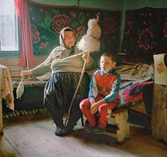 Mothers and grandmothers like Maria Pop, from Cornești, spinning raw wool at home, devote hundreds of hours a year to making traditional embroidered clothes for their families. Photograph by Rena Effendi, National Geographic Spinning Wool, Hand Spinning, Spinning Wheels, National Grandparents Day, Drop Spindle, Weaving Techniques, Illustrations, Ancient Art, Basket Weaving