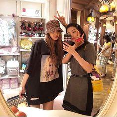 Lisa and Jisoo Blackpink lalalalisa_m Kim Jennie, Kpop Girl Groups, Kpop Girls, Kpop Boy, Yg Entertainment, Blackpink Fashion, Fashion Outfits, Selfies, Rapper