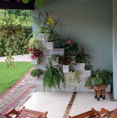 Floreira inusitada em formato de escadinha, criada com 28 blocos de concreto sobrepostos. Não há nenhum tipo de fixador entre eles!: