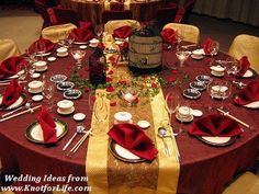 Red table decoration for a winter christmas wedding Gold Table Decor, Wedding Reception Table Decorations, Wedding Table Settings, Decoration Table, Wedding Centerpieces, Place Settings, Reception Ideas, Wedding Tables, Centerpiece Ideas