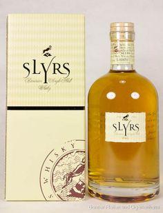Slyrs Whisky 43% 0,7l Bavarian Single Malt 2009 Limitierte Auflage Seit 1999 wird Slyrs Whisky aus Gerstenmalz als Jahrgangsbrand hergestellt. Mit Ruhe und Bedacht lagert der SLYRS Whisky in 225 l fassenden neuen Holzfässern aus amerikanischer... Scotch Whisky, Bourbon Whiskey, Alcohol, Single Malt Whisky, Cool Bars, Bottle Design, Brand Packaging, Distillery, Rum
