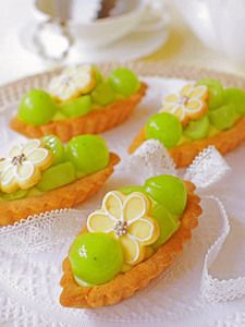 I have no idea what this is, but it looks fascinating.  Could be custard tart with candied grapes and a shortbread daisy biscuit of some sort.  Like the concept though.
