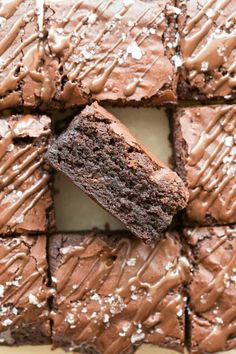 4 Ingredient Flourless Protein Brownies Recipe-Gooey, fudgy protein brownies made with wholesome healthy ingredients- Perfect post workout! Protein Powder Brownie Recipe, Protein Brownies, Protein Powder Recipes, Brownie Recipes, Protein Bars, Cocoa Brownies, Protein Cookies, Protein Pancakes, Protein Recipes