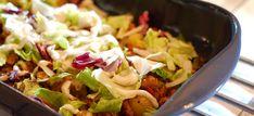 Deze lekkere krieltjes met gyros, gesmolten kaas, sla en knoflooksaus zet je zo op tafel. Kijk hier voor het makkelijke recept, eet smakelijk. Healthy Diners, Oven Dishes, Prepped Lunches, Nachos, Casserole, Cabbage, Good Food, Food And Drink, Low Carb