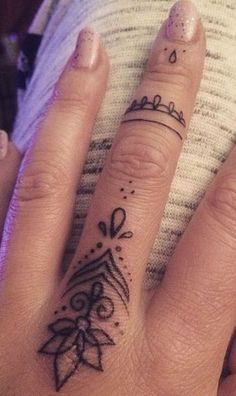 95 Finger Tattoos to Inspire - Pictures and Tattoos - . - 95 finger tattoos to inspire – pictures and tattoos – inspire - Girl Finger Tattoos, Finger Tattoo Designs, Henna Tattoo Designs, Tattoo Finger, Anchor Finger Tattoos, Henna Tattoo Hand, Diy Tattoo, Tattoo Ideas, Mandala Tattoo