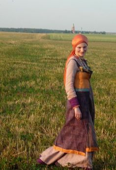 Viking lady by Antalika, based on Pskov find. I love these colors together.