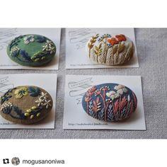 新しいお取り扱い店 「百草の庭」 @mogusanoniwa さんに納品しております。 こちらのお店でも絵本「野のはなとちいさなとり」をお取り扱い頂いております。嬉しいご紹介を頂きました。 . . マカベアリスさんの手刺繍のブローチ 右 : 「ワイルドフラワー」 左 : 「野の花のリース」 . ブルーの布地のワイルドフラワー、マカベさんならではの素敵な色づかいですね。 同じ図案でも色によって印象がずいぶん異なりますから、色違いが揃っているときに楽しくご覧いただけたら嬉しいです。 . 昨日ご紹介したマカベさんの絵本のあとがきをもう一度読み、そうして作品を見ていると、 「神様の思いをそのまま写して生きている」草花たち、身近に咲くその姿に今日も心動かされる歓びを、チクチク針を運んで作品に留めているんだなぁと感じます。 . 今日から常設展が始まりました。 23日で今年の店舗の営業は終了です。 ぜひ遊びにいらしてくださいね。 . ■今週の常設展 20日(水) 11:00-16:00 21日(木) 11:00-16:00 22日(金) 11:00-19:00 23日(土)…