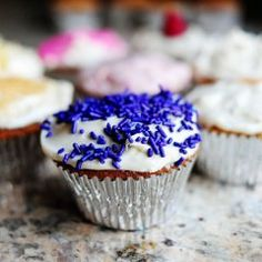 Basic Vanilla Cupcakes with Cream Cheese Icing - The Pioneer Woman/Ree Drummond Recipes Vanilla Cream Cheese Frosting, Cupcakes With Cream Cheese Frosting, Cupcake Frosting, Cupcake Cakes, Vanilla Icing, White Cupcakes, Cup Cakes, Elmo Cupcakes, Cream Frosting