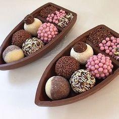 Aprenda todos os segredos do Brigadeiro Gourmet! Chocolate Gifts, Chocolate Lovers, Just Desserts, Dessert Recipes, Sweet Cakes, Aesthetic Food, Food Cravings, I Love Food, Sweet Treats
