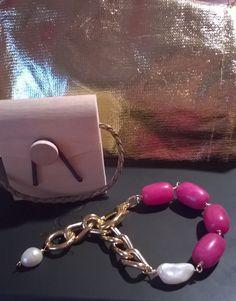 Bracciale in maglia dorata ,agate fuxia e perla di fiume.