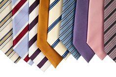 Jak dobrać krawat? Najlepiej wybrać krawat jedwabny, jest on nie tylko najbardziej elegancki, ale także starannie wykonany. Krawat musi współgrać z całością stroju: koszulą i garniturem. Trzeba pamiętać jednak o zasadzie, że tylko jedna część garderoby może być we wzorki. Jeśli przykładowo koszula i garnitur są gładkie, to wówczas możemy pozwolić sobie na krawat w jakiś deseń. W przypadku garnituru lub koszuli we wzorki, pozostaje tylko wybór gładkiego krawata.