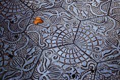 Las baldosas de Gaudí en el Paseo de Gràcia  Fíjate dónde pisas en el Paseo de Gràcia, pues esas baldosas hexagonales que crean un efecto de alfombra son diseño de Gaudí, que las creó con motivos vegetales para el pavimento de la casa Batlló, aunque finalmente las situó en la Pedrera. Más tarde, se recuperó para decorar las aceras de la calle más modernista de Barcelona.