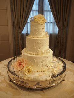 飴細工を入れた三段のケーキ。 飴の透明度が素敵な雰囲気を作ってくれています。