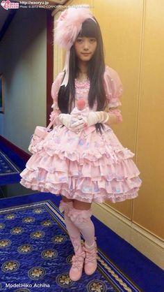 sugar-honey-iced-tea:  I love the fluffy fu fu headdress *\(^o^)/*