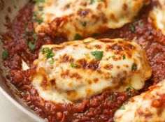 30 Minute Mozzarella Chicken in Homemade Tomato Sauce 30 minute recipe for homemade mozzarella chicken in a quick and easy tomato sauce. Pan seared chicken breasts topped with mozzarella and homemade sauce. Diet Recipes, Cooking Recipes, Healthy Recipes, Recipes Dinner, Dinner Ideas, Protein Recipes, High Protein Chicken Recipes, Slow Carb Recipes, Protein Packed Snacks