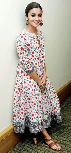 Alia Bhatt wows in this chic desi-boho avatar! Alia Bhatt looking chic in her desi-boho avatar. Boho Summer Outfits, Casual Summer Dresses, Trendy Dresses, Boho Outfits, Nice Dresses, Dress Casual, Dress Summer, Outfit Summer, Ethnic Fashion