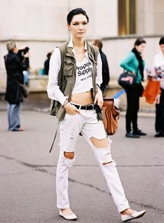 Crop top, cargo vest, white ripped jeans, and flats High Street Fashion, Fashion Week Paris, Street Chic, How To Wear White Jeans, White Ripped Jeans, 2014 Fashion Trends, Trend Fashion, Net Fashion, Latest Outfits