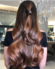 The ombre hair trend has been seducing for some seasons now. More discreet than tie and dye, less classic than sweeping, this new technique of hair. Hair Color Balayage, Ombre Hair, Wavy Hair, Very Long Hair, Long Hair Cuts, Long Brunette, Brunette Hair, Bcbg, Brown Blonde Hair