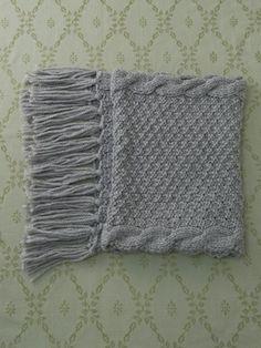 フリンジが素敵なストール。/四角く編めばできる冬小物(「はんど&はあと」2011年11月号)