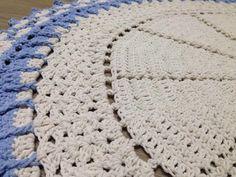 Tapete em crochê, ideal para decoração de diversos ambientes em especial para portas.    Ótima qualidade. Acabamento impecável que não se desfaz com a lavagem do produto.    Confeccionamos em outras combinações de cores, prazo de 15 dias... consulte.    A medida informada é aproximada, em virtude...