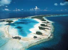 Rangiroa, Polinésia Francesa.  Rangiroa é um dos maiores atóis do planeta, que forma uma imensa lagoa protegida no noroeste da Polinésia Francesa. Destino sonhado para qualquer turista, Rangiroa tem mais de 240 ilhéus paradisíacos, perfeitos para relaxar sob o sol e mergulhar em águas puras e cristalinas.
