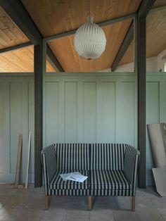 Stribet sofa med sidevanger er designet af Børge Mogensen