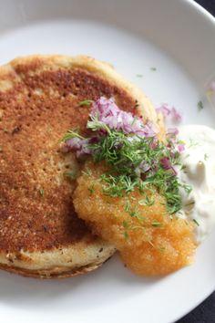 Mahtavan mehevä kakku   suolaa&hunajaa Salmon Burgers, Sour Cream, Meat, Chicken, Ethnic Recipes, Kaneli, Food, Essen, Meals
