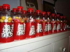 Kauwgombalmachine als traktatie gemaakt van plastik bekertje en flesje.