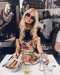 Salmon-avocado lunchdate with the best❤️ Modelos Victoria Secrets, Salmon Avocado, Cut My Hair, Food Places, Fashion Poses, Foto Pose, Healthy Recipes For Weight Loss, Cute Food, Food Inspiration