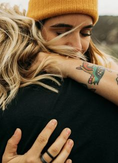 Spring Hilltop Lovers – India Earl Photo Poses For Couples, Cute Lesbian Couples, Couple Photoshoot Poses, Cute Couples Goals, Couple Posing, Couple Shoot, Engagement Outfits, Engagement Couple, Engagement Photos