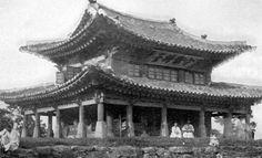 수어장대(守禦將臺; 경기도유형문화재 제1호)는 인조 2년(1624) 남한산성(南漢山城)을 쌓을 때 만들어진 4개의 장대 중 하나로 현존하는 유일한 장대이다. 장대는 군대를 지휘할 수 있도록 높은 곳에 세운 건축물을 말한다. 산성 내에서 가장 높은 일장...