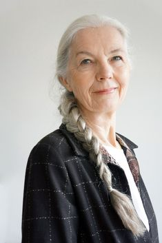 Tired of spending time and money covering your grey hair? These 30 grey hair styles for older women will convince you to embrace your natural silvery gray hair. Long Gray Hair, Grey Hair Old Lady, Beautiful Old Woman, Ageless Beauty, Going Gray, Aging Gracefully, Silver Hair, White Hair, Old Women