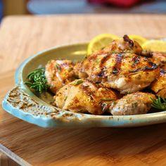 Pollo a la lima con tomillo; esta receta es pensada en toda la familia, gustará desde a los niños hasta los abuelitos. Es jugosa, aromática y deliciosa, además no te tomará mucho tiempo cocinarla.