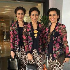 Klasik, bisa ditiru @inspirasi_kebaya Batik Kebaya, Batik Dress, Kimono, Blouse Batik, Beanie Boos, Traditional Fashion, Traditional Dresses, Arabian Prom Dress, Kebaya Kutu Baru Modern