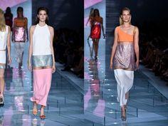 Os vestidos midi da Versace apareceram com recortes no meio da coxa e aplicação de tecido transparente na coleção Verão 201