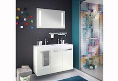Tout en élégance Ce meuble, de profondeur réduite, est parfait dans une petite salle de bains. Plan moulé double vasque, meuble bas à trois portes et un miroir éclairant. L 105 x P 34 cm Studio, Delpha. 1189€.