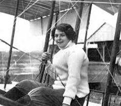 La primera en caminar entre las nubes  Amalia Celia Figueredo de Pietra  Amalia nació en Rosario el 18 de febrero de 1895. Cuando sus padres Honoria y Faustino la tomaron en brazos no sospecharon que aquella niña sería la primera mujer argentina en elevarse hasta las nubes en un artefacto más pesado que el aire Claro Santos Dumont realizó el primer vuelo por medios propios (sin necesidad de catapulta) recién en 1906 así lejos estaba el matrimonio Figueredo de imaginar algo por el estilo  En…