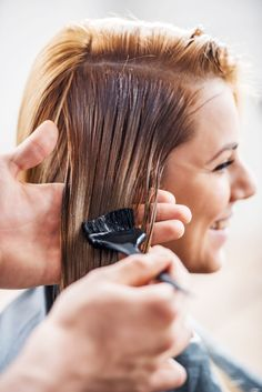 Sich schön fühlen: Viele Frauen wollen ihre Haare auch während der Schwangerschaft färben.#schwangerschaft#haarefaerben