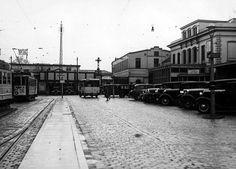 C. Station | Stationsplein | Jaren 30 | R. de hoofdingang van 't Stationsgebouw wat in 1938 uitbrandde